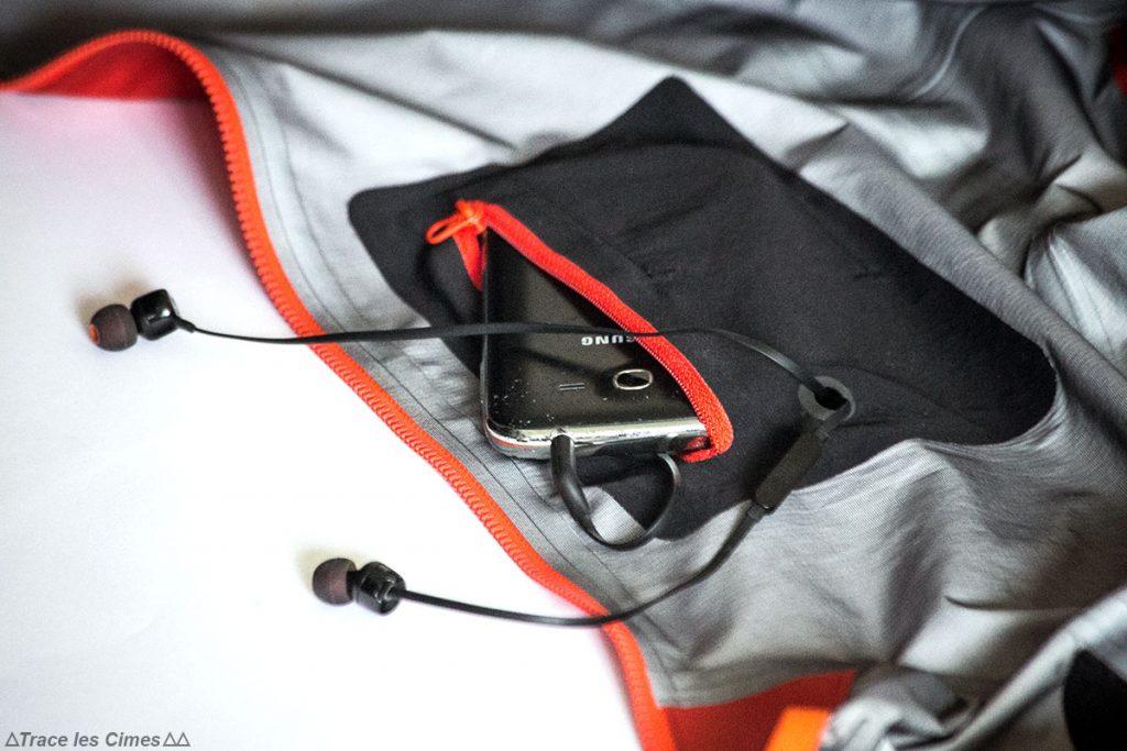 Experimente a jaqueta Gore-Tex NORVAN ARC'TERYX no MP3 player no bolso do smartphone Experimente a jaqueta Gore-Tex NORVAN ARC'TERYX no MP3 player no bolso do smartphone