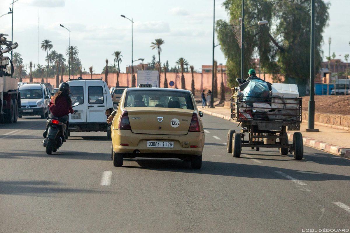 Táxi marroquino em uma rua de Marrakech