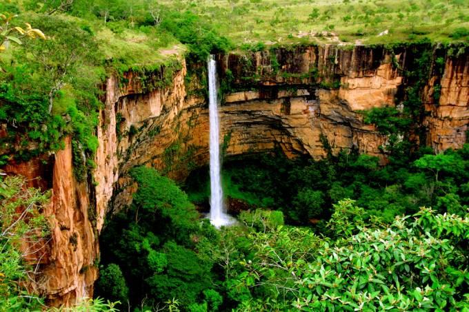 A cachoeira Véu de Noiva, cartão-postal mato-grossense, desce por uma parede de arenito e forma um imenso chafariz