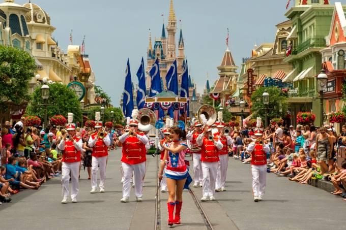 magic kingdom parada do independence day orlando eua ali nasser