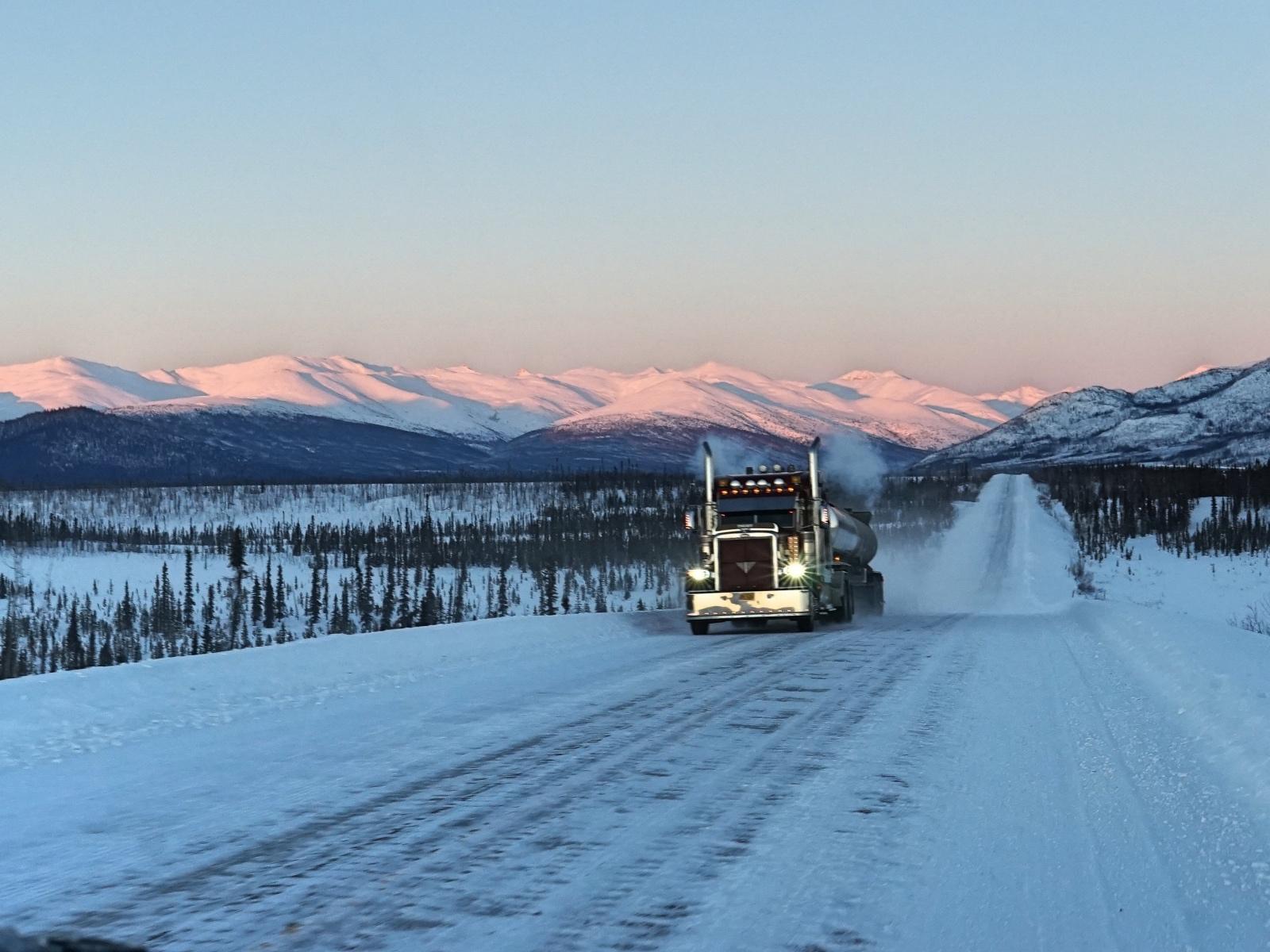 Inverno na mina lavando a louca no Artico do Alasca