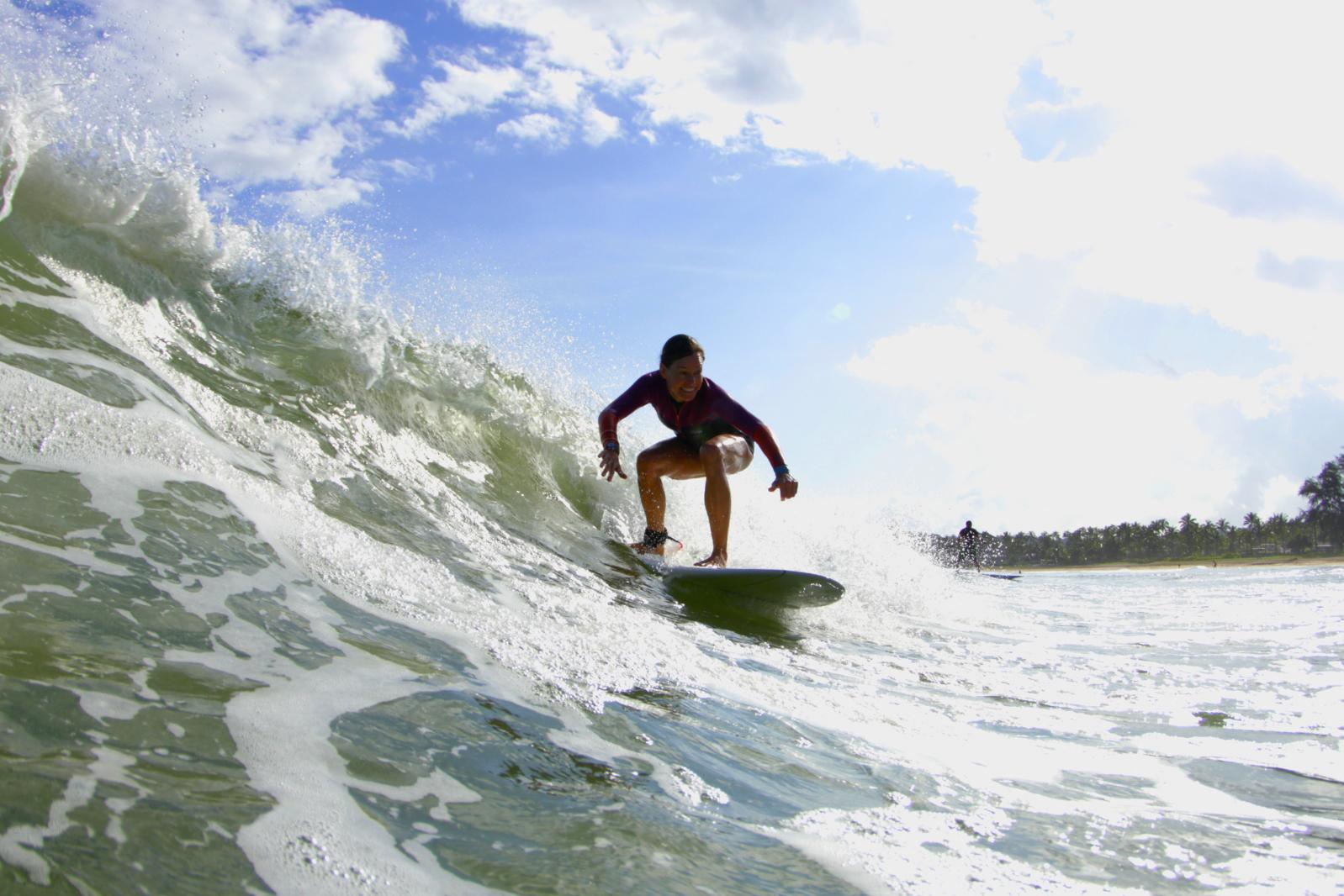 Noelle Salmi pega uma onda em Hanalei Bay - Kauia, HI. Foto de Ry Cowan.