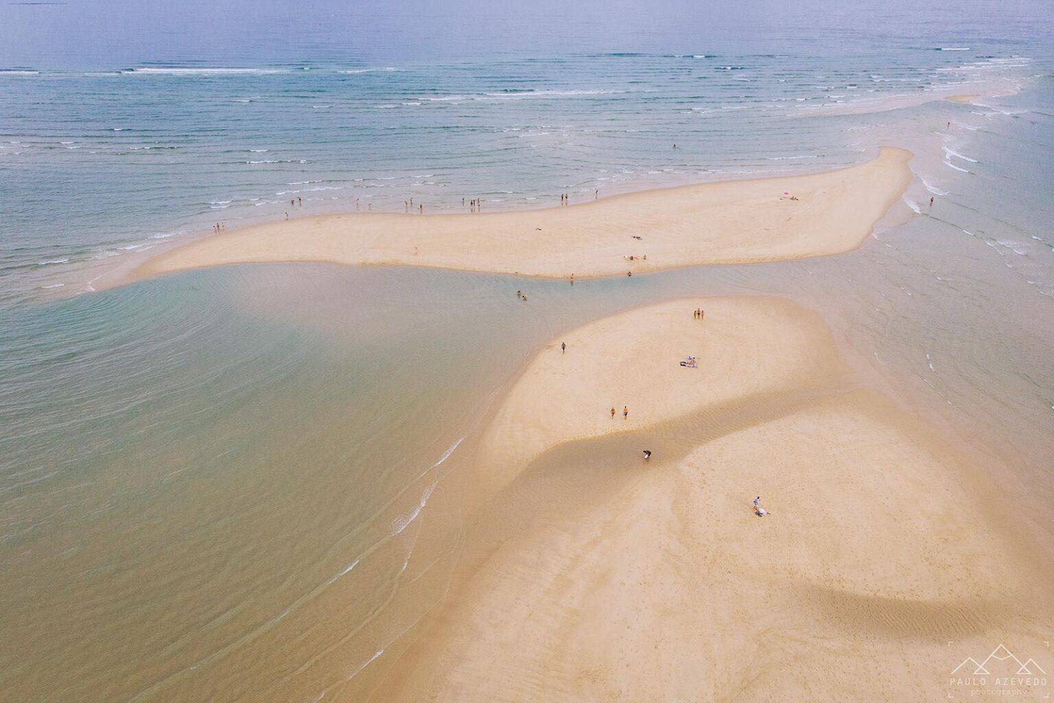 praia cercada pelo mar